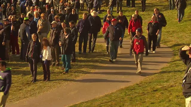 vídeos de stock, filmes e b-roll de exterior shows golf fans walk around course at gleneagles for ryder cup golf tournament at gleneagles on september 29 2014 in auchterarder scotland - evento da associação de golfistas profissionais