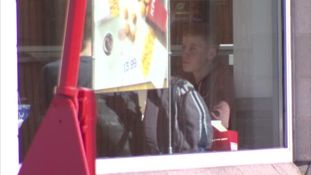 vídeos y material grabado en eventos de stock de exterior shows kfc kentucky fried chicken drive through fast food restaurant on october 01, 2014 in bristol, england. - pollo frito