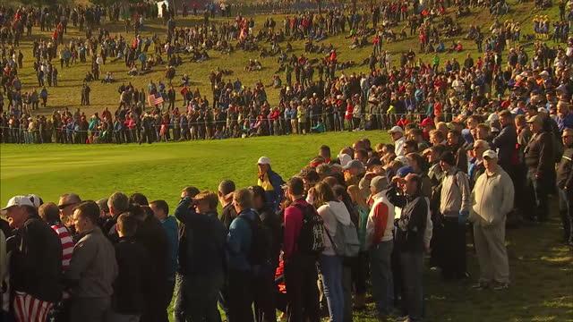 vidéos et rushes de exterior shows ryder cup fans on course at gleneagles at gleneagles on september 29, 2014 in auchterarder, scotland. - événement de la pga
