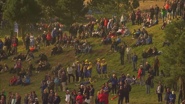vidéos et rushes de exterior shows ryder cup golf fans at gleneagles golf course at gleneagles on september 29, 2014 in auchterarder, scotland. - événement de la pga