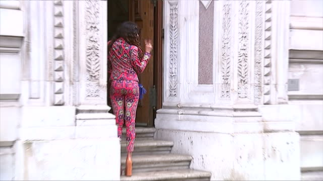 vidéos et rushes de exterior shows singer eliza doolittle posing for photographs before entering building for event. - emma freud