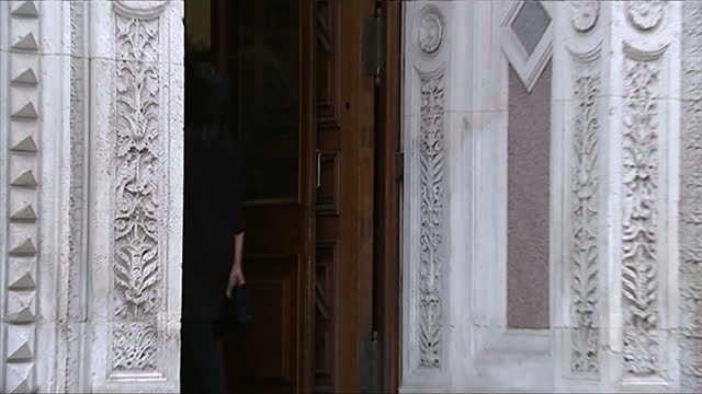 vidéos et rushes de exterior shows television present claudia winkelman arrive, pose briefly and enter building - emma freud