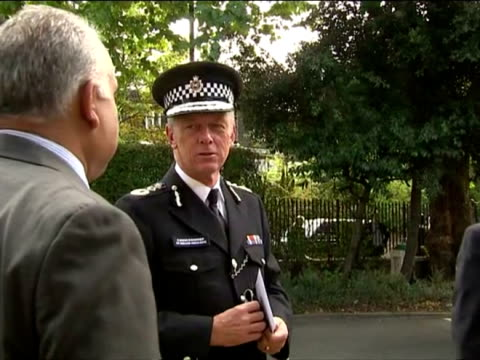 clean exterior sir bernard hoganhowe the commissioner of metropolitan police arrival and chatting new chief rabbi ceremony arrivals in st johns wood... - コミッショナー点の映像素材/bロール