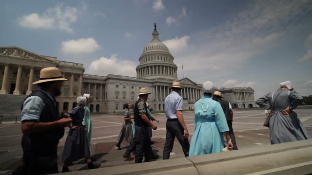 vídeos de stock e filmes b-roll de exterior slowmotion shots of the us capitol and tourists visiting the capitol including a group of amish men and women on november 06 2017 in... - amish