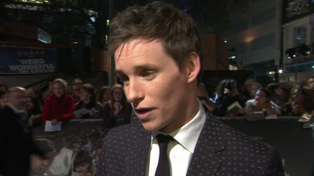 stockvideo's en b-roll-footage met exterior soundbite with eddie redmayne actor on the red carpet of 'fantastic beasts and where to find them' talking about being a fan of the harry... - harry potter naam kunstwerk
