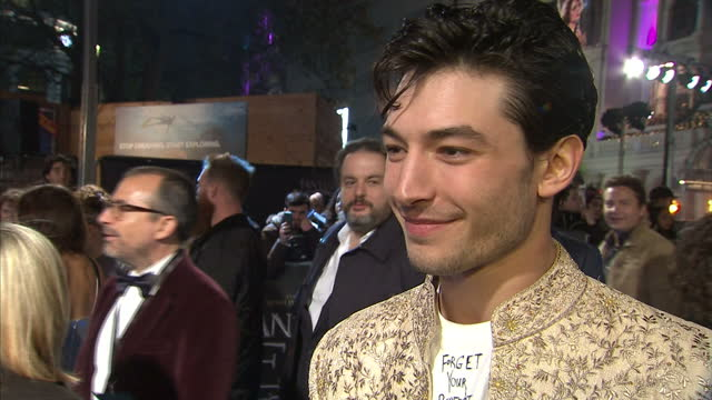 vidéos et rushes de exterior soundbite with ezra miller, actor on the red carpet of 'fantastic beasts and where to find them' talking about being a fan of the harry... - harry potter titre d'œuvre