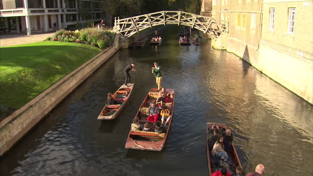 vídeos de stock, filmes e b-roll de exterior stock shots of central cambridge including pedestrians passing near king's college chapel and senate house and people punting along the... - king's college cambridge