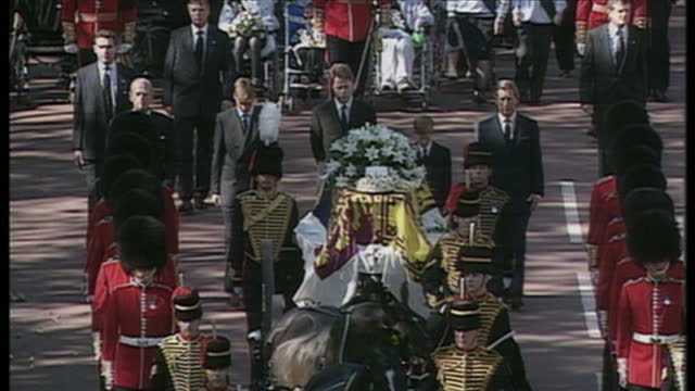 exterior top shot of cortege carrying princess diana's coffin to westminster abbey on the day of her funeral those present are prince charles prince... - begräbnis stock-videos und b-roll-filmmaterial