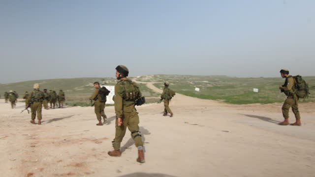 stockvideo's en b-roll-footage met exterior travelling shot alongside druze idf soldiers walking on training exercise on april 28 2014 in tiberias israel - israëlisch leger