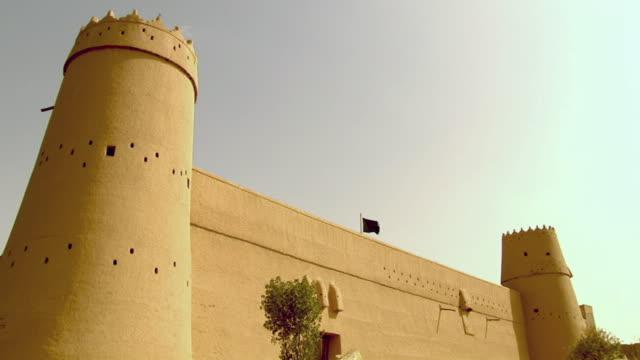 vídeos de stock e filmes b-roll de ws exterior view of al musmak castle / riyadh city, riyadh, saudi arabia  - arquitetura