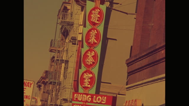 vídeos de stock, filmes e b-roll de ms exterior view of building with commercial sign / chinatown, san francisco, california, united states - língua chinesa