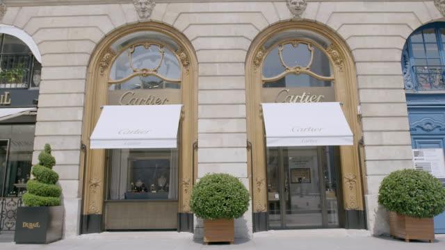 vidéos et rushes de ms td exterior view of cartier upscale jewellery store at place vendome / paris, france - store