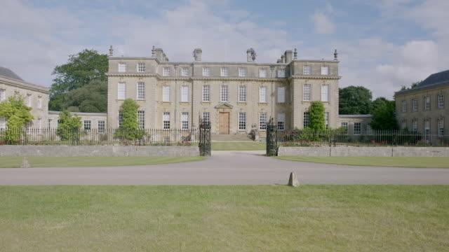 vidéos et rushes de ws pan exterior view of ditchley house with domestic garden / charlbury, oxfordshire, england, united kingdom - façade