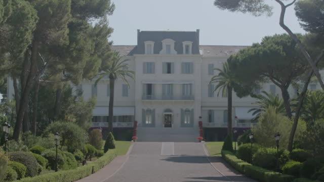 ws exterior view of hotel du cap / antibes, france - 高級ホテル点の映像素材/bロール