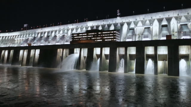 "vídeos y material grabado en eventos de stock de ""ms exterior view of itaipu binacional dam floodlit at night / foz do iguacu, brazil"" - presa"