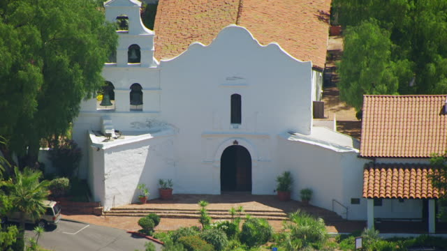 stockvideo's en b-roll-footage met ws zo aerial pov exterior view of mission basilica san diego de alcala / san diego, california, united states  - missiehuis