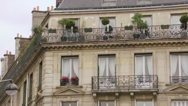 vidéos et rushes de ms exterior view of residential building / paris, france - façade