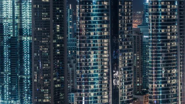 vidéos et rushes de vue extérieure de t/l zi de gratte-ciel à dubaï la nuit - quartier financier