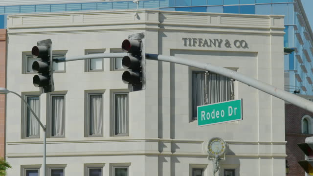 MS Exterior view of Tiffany and Company building at Rodeo Drive, traffic light and road sign in foreground / Beverly Hills, Los Angeles County, California, United States