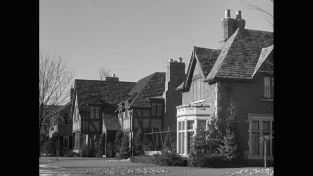 vídeos de stock e filmes b-roll de ms exterior view of tudor style houses in suburban neighborhood / united states - tudor