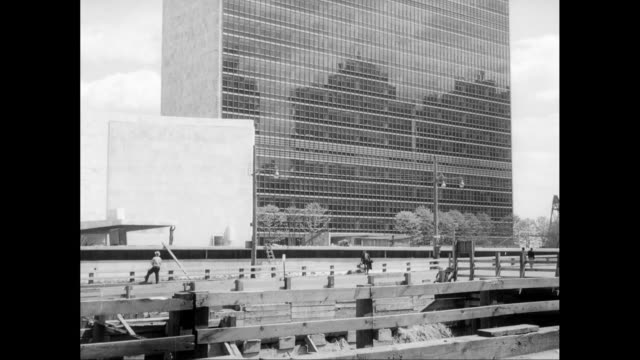 ws tu exterior view of united nations secretariat building, construction in street in front / new york city, united states - onu video stock e b–roll