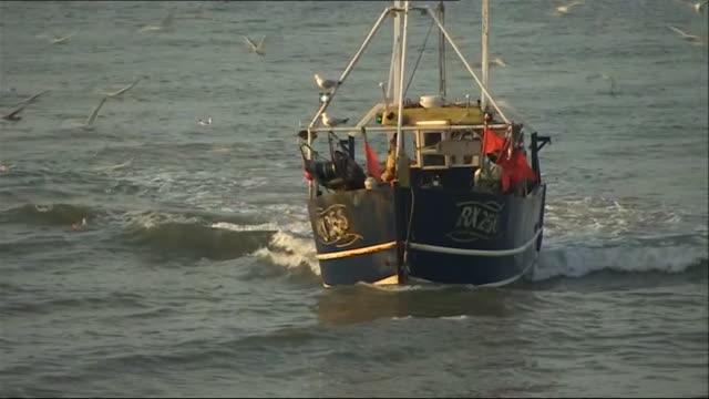 vídeos de stock e filmes b-roll de exterior views and onboard views of a fishing boat - rede de pesca comercial