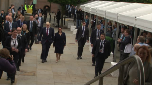 vidéos et rushes de exterior views of boris johnson and priti patel arriving at the front entrance of the conservative party conference on 30 september 2019 in... - parti conservateur anglais