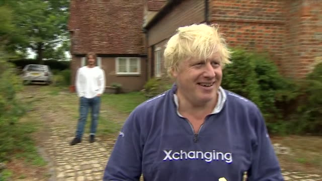 vídeos y material grabado en eventos de stock de exterior views of boris johnson as he walks out of his house to greet waiting journalists with a tray of tea and biscuits and avoids questions about... - oxfordshire