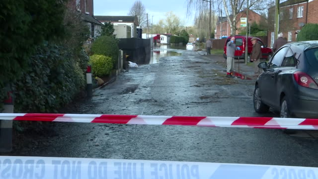 vídeos de stock, filmes e b-roll de exterior views of major flooding in a street in ross on wye, including a cordoned off road and a car stuck in flood water 18 february 2020 in ross on... - major road