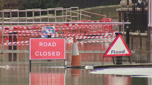 vídeos de stock, filmes e b-roll de exterior views of major flooding in york, showing the swollen river ouse, including road sign covered by water, and flooded properties and road... - major road