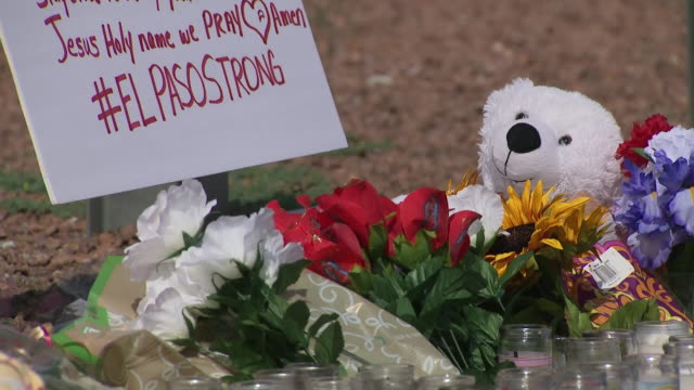 vidéos et rushes de exterior views of memorial tributes candles flowers and balloons left at the site of the el paso mass shooting on 6 august 2019 in el paso united... - mémorial