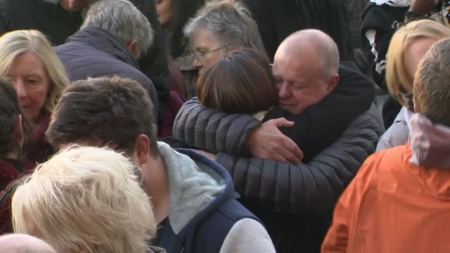 vídeos y material grabado en eventos de stock de exterior views of people attending a vigil and hugging each other including david merritt the father of jack merritt at the guildhall in market... - plaza del mercado