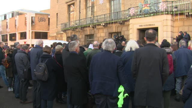 vídeos y material grabado en eventos de stock de exterior views of people attending a vigil at the guildhall in market square to mourn the victims of the london bridge terror attack on 2 december... - plaza del mercado