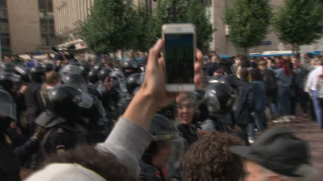 vídeos de stock, filmes e b-roll de exterior views of people filmiing on mobile phone riot police moving in a line and detaining and arresting protesters on 3 august 2019 in moscow,... - moscow russia
