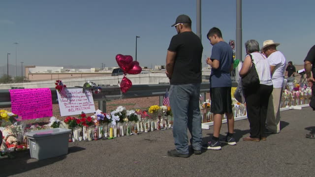 vídeos de stock, filmes e b-roll de exterior views of people leaving and reading memorial tributes at the site of the el paso mass shooting on 6 august 2019 in el paso, united states - tiroteio