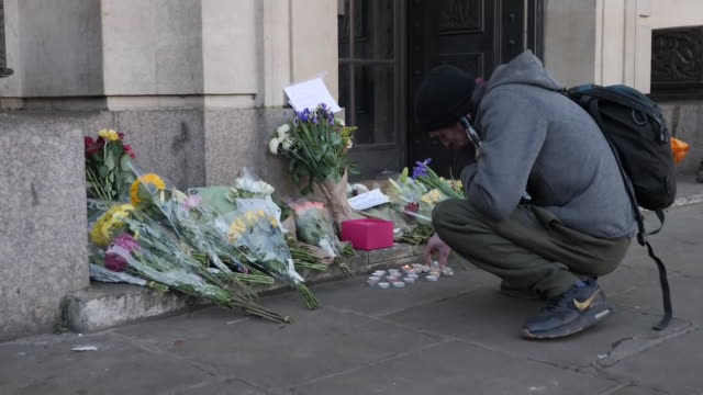vídeos y material grabado en eventos de stock de exterior views of people leaving flowers and candles at the guildhall in market square to mourn the victims of the london bridge terror attack on 2... - plaza del mercado
