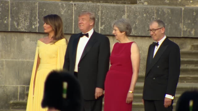 vídeos y material grabado en eventos de stock de exterior views of president donald trump and his wife melania and prime minster theresa may and her husband phillip seen chatting on blenheim palace... - palacio de blenheim