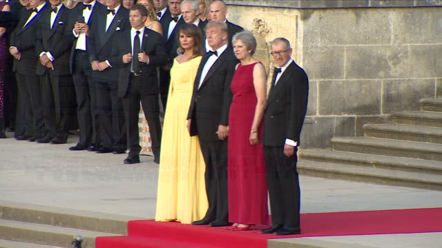 vídeos y material grabado en eventos de stock de exterior views of president donald trump and his wife melania and prime minister theresa may and her husband phillip seen on blenheim palace steps as... - palacio de blenheim