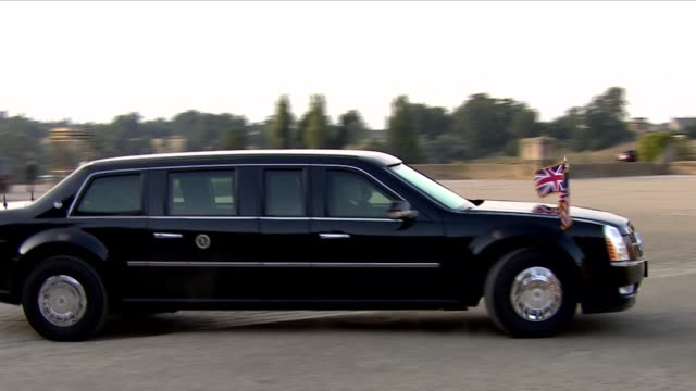 vídeos y material grabado en eventos de stock de exterior views of president donald trump arriving at blenheim palace in the beast as he and his wife melania are greeted by prime minster theresa may... - palacio de blenheim