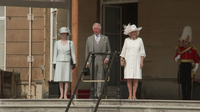 vídeos de stock e filmes b-roll de exterior views of prince charles, camilla the duchess of cornwall and princess anne stand for the national anthem and then walk down the steps to the... - realeza