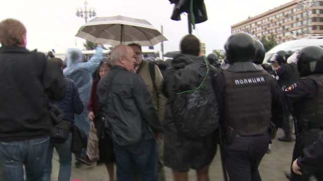 vidéos et rushes de exterior views of riot police detaining and arresting protesters and moving them into police vans on 3 august 2019 in moscow, russia - moscow russia