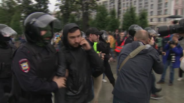 vídeos de stock, filmes e b-roll de exterior views of riot police detaining and arresting protesters and moving them into police vans on 3 august 2019 in moscow, russia - moscow russia