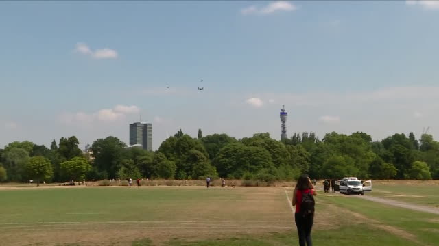 exterior views of security helicopter convoy of us president trump flying over regent's park including osprey military helicopter 12 july 2018 at... - londra e hinterland video stock e b–roll