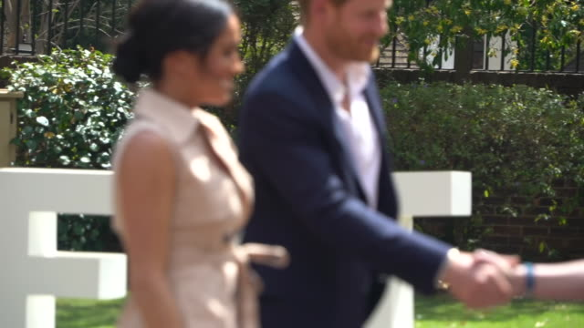 vídeos de stock e filmes b-roll de exterior views of the duke and duchess of sussex arriving and being greeted by nelson mandela's widow graca machel on the last day of their royal... - joanesburgo