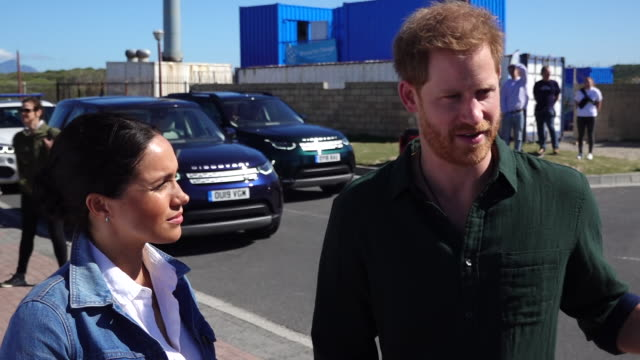 vidéos et rushes de exterior views of the duke and duchess of sussex being interviewed about mental health issues on 24 september 2019 in cape town, south africa - interview format raw