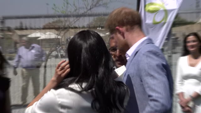 exterior views of the duke and duchess of sussex greeting greeting young people who are working on a catering project at a youth employment centre in... - ロイヤルツアー点の映像素材/bロール