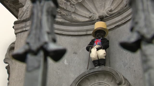 exterior views of the famous manneken pis statue dressed in a hat and union jack waistcoat as tourists take photos in brussels belgium on 30 january... - waistcoat stock videos & royalty-free footage