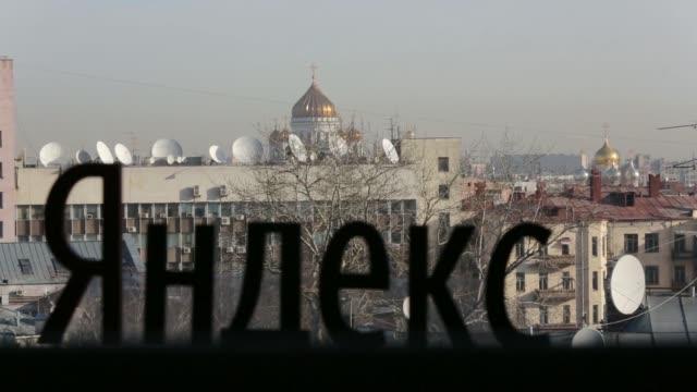 vídeos y material grabado en eventos de stock de exterior views of the headquarters of yandex nv, russias largest search engine company, in moscow, russia, on thursday, feb 27 a logo sits on a... - cursor