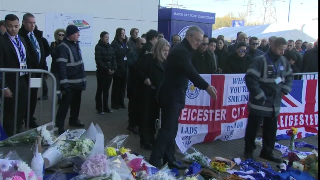 exterior views of the leicester owner vichai srivaddhanaprabha's son and widow lean on the railings looking at tributes and then lay wreath at the... - 寡婦点の映像素材/bロール