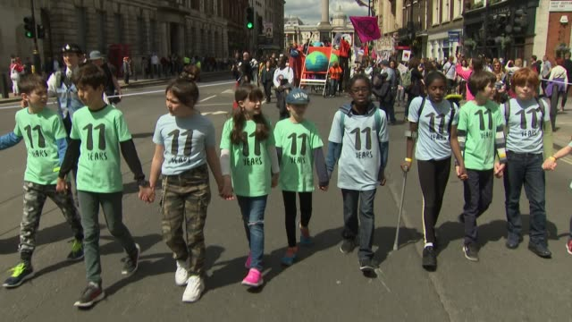 exterior views of the mothers rise up climate change action march as it marches in whiitehall with nelson's column in the background, including young... - all shirts stock-videos und b-roll-filmmaterial